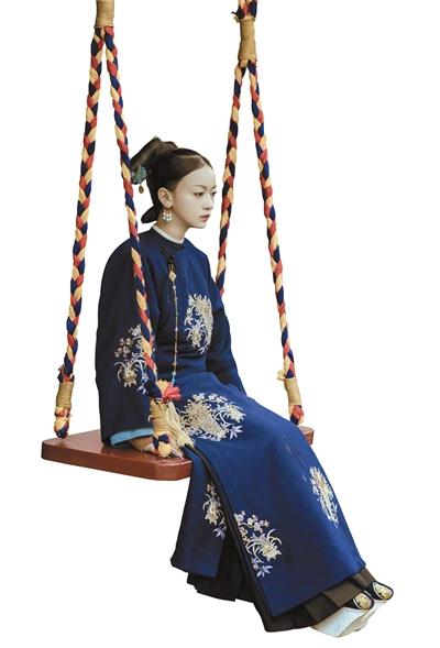 《延禧攻略》中的魏璎珞,坐在秋千上,思虑重重。